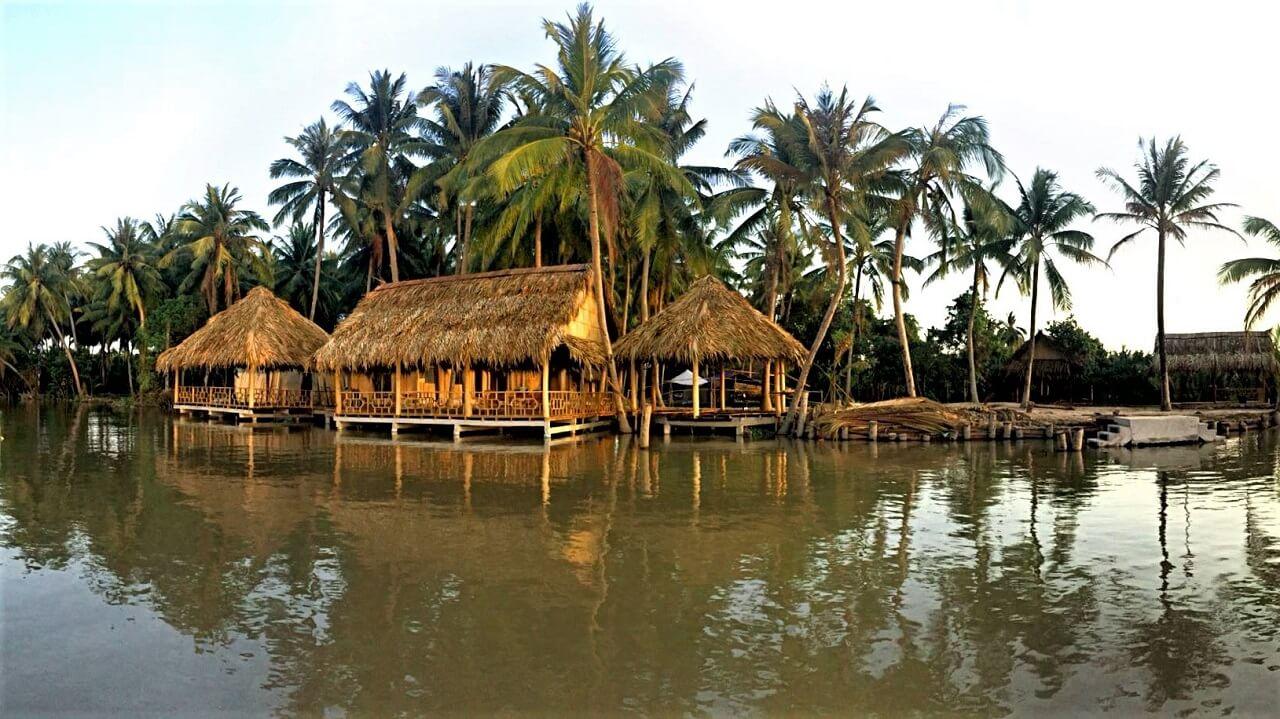 không gian làng bè trên mặt nước