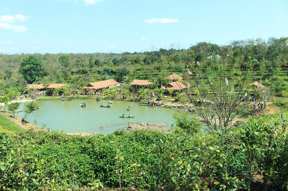 hồ nước rộng lớn trong khuôn viên kotam