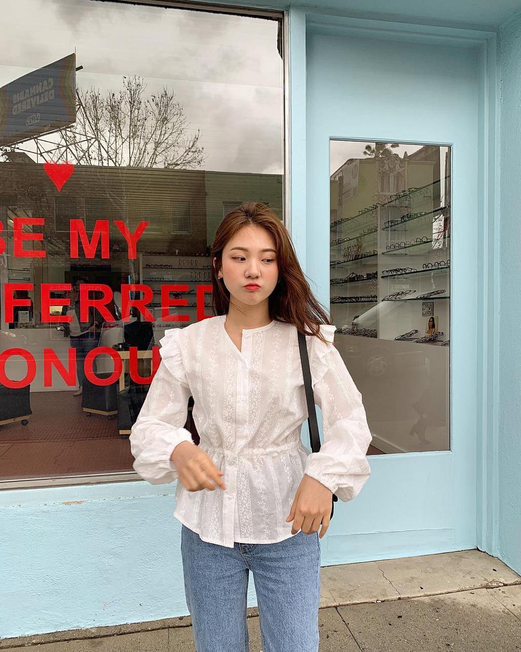 Áo blouse kẻ tay bồng kết hợp quần jeans phối đồ mùa đông đi học